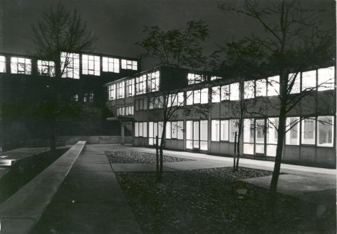 Night shot of the building of the former Ulm School of Design, 1956, Foto: Wolfgang Siol © HfG-Archiv / Museum Ulm, Sign. 56/0258