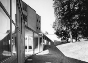 Building of the former Ulm School of Design, View from the Ateliers into the passage, 1955, Foto: Ernst Hahn © HfG-Archiv / Museum Ulm, Sign. Dp. 90.43-