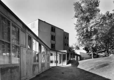 HfG Building, Garden, view from the ateliers into the passage. Photo: Ernst Hahn © HfG-Archiv / Museum Ulm, Sign. HfG-Ar Dp. 090.031-5. All rights reserved