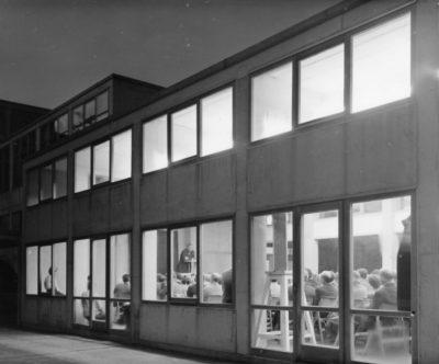 Werkbundtagung 1956 in der HfG, Max Bill am Rednerpult. Sig. HfG-Ar Sti F 56/0240. Foto: Wolfgang Siol, © HfG-Archiv. Alle Rechte vorbehalten